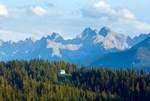 Vista paese sera di estate montagna — Foto Stock