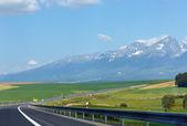 Cesta do mountain view jaro. — Stock fotografie