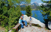 Strbske Pleso (Slovakia) spring view and family — Stockfoto
