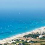 Sea coast and kiteboarders — Stock Photo