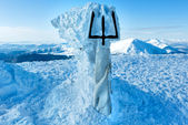 Winter Goverla Mount top and monument to Ukrainian Tryzub. — Stock Photo