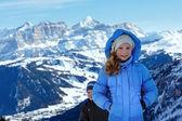 Enfants sur fond de montagne hiver. col de gardena, italie. — Photo