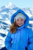 Ritratto di ragazza felice su sfondo montagna invernale. — Foto Stock