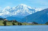 Vista da alpina (itália do reschensee verão). — Fotografia Stock