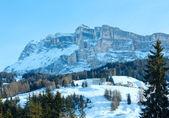 скалистая гора красивый зимний пейзаж. — Стоковое фото