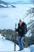 Vrouw - fotograaf en bewolkt winter berglandschap — Stockfoto