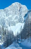 Roca de invierno con nieve fresca y camino alpestre. — Foto de Stock