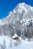 Winter rock mit frisch gefallenen schnee auf oberseite und haus. — Stockfoto