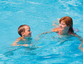 Mother train her son to swim in the pool. — 图库照片