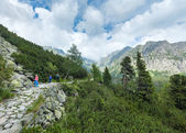 High Tatras (Slovakia) summer view and family on footway. — Foto de Stock