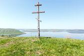 Wooden Cross and Bakota spring view (Ukraine) — Zdjęcie stockowe