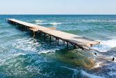 разрушенный пирс и вечерних чёрного моря (болгария). — Стоковое фото