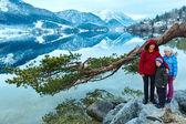 Famiglia e vista lago alpino invernale. — Foto Stock