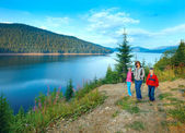 Familia y vidra lago alpino verano vista — Foto de Stock