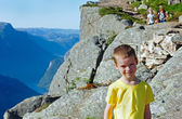 Family on Preikestolen massive cliff top (Norway) — Stock Photo
