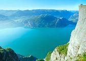 Happy family on Preikestolen massive cliff top (Norway) — Stock Photo