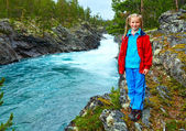 Girl near mountain river waterfalls (Norge) — Stock Photo
