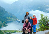 Family above Geiranger Fjord (Norge) — Stock Photo