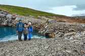Family near reservoir Storglomvatnet (Meloy, Norge) — Stock Photo