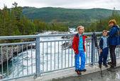 Family near mountain river waterfalls (Norge) — Stock Photo