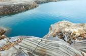 Striped stone near reservoir Storglomvatnet (Meloy, Norge) — Stock Photo