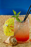 Refreshing drink on the beach — Stock Photo