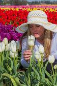 チューリップ畑で美しい女性 — ストック写真