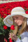 Beautiful woman in the tulip field — Stock Photo