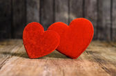 Due rosso su sfondo di legno — Foto Stock