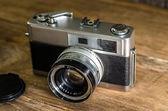Vintage camera op houten achtergrond. — Stockfoto