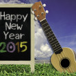 ukelele con cielo azul y el texto de la pizarra 2015 sobre la hierba — Foto de Stock   #49753885