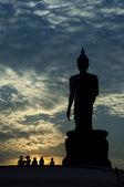 большой будда в вечернее время. силуэт статуи будды в вечернее время. — Стоковое фото
