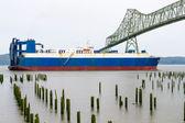货船进入哥伦比亚河在钢桥底下 — 图库照片