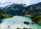 Scenic tourists stop overlooks lake & mountains — Stock Photo