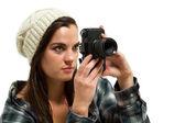 Junge Frau mit braunen Haaren hält Kamera — Stockfoto