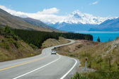 Beautiful landscape of road, lake and snow mountain in South Island, New Zealand — Stock Photo
