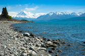 Beautiful view of lake and mountain in blue sky, South Island, New Zealand — Stock Photo