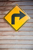 Please turn right sign on wood pattern background — Stock Photo