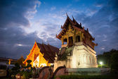Hermoso templo y buda con crepúsculo cielo wat phra sing waramahavihan en chiangmai tailandia — Foto de Stock