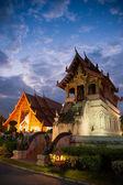 Vackra tempel och buddha med twilight sky wat phra sing waramahavihan på chiangmai thailand — Stockfoto