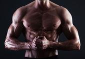Torso masculino musculoso com luzes mostrando detalhes do músculo — Foto Stock