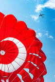 Parachute and airplane on blue sky — 图库照片