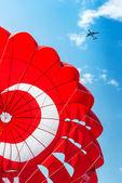 降落伞和飞机在蓝蓝的天空 — 图库照片