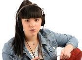 Piękna młoda kobieta z słuchawki słuchać muzyki, na tle — Zdjęcie stockowe