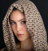美しいブルネットの女性の肖像画。ファッションモデルでポーズ — ストック写真