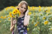 молодая красивая женщина на цветение подсолнечника поле летом — Стоковое фото