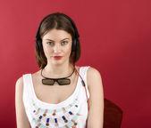 Bella ragazza gioco 3d dei isolato su sfondo rosso — Foto Stock
