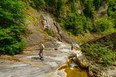 Litet vattenfall på en berg flod — Stockfoto
