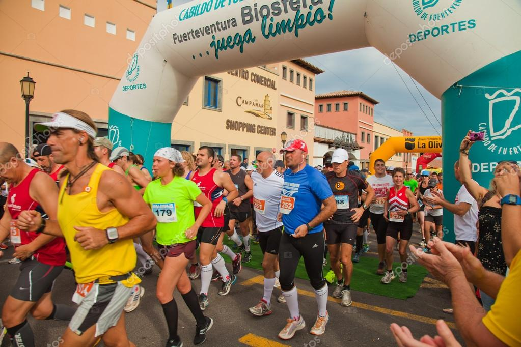 CORRALEJO - NOVEMBER 03: Runners start the race at Fourth international Fuerteventura half-marathon 03 November, 2012 in Corralejo, Fuerteventura, Spain — Stock Photo #14402091