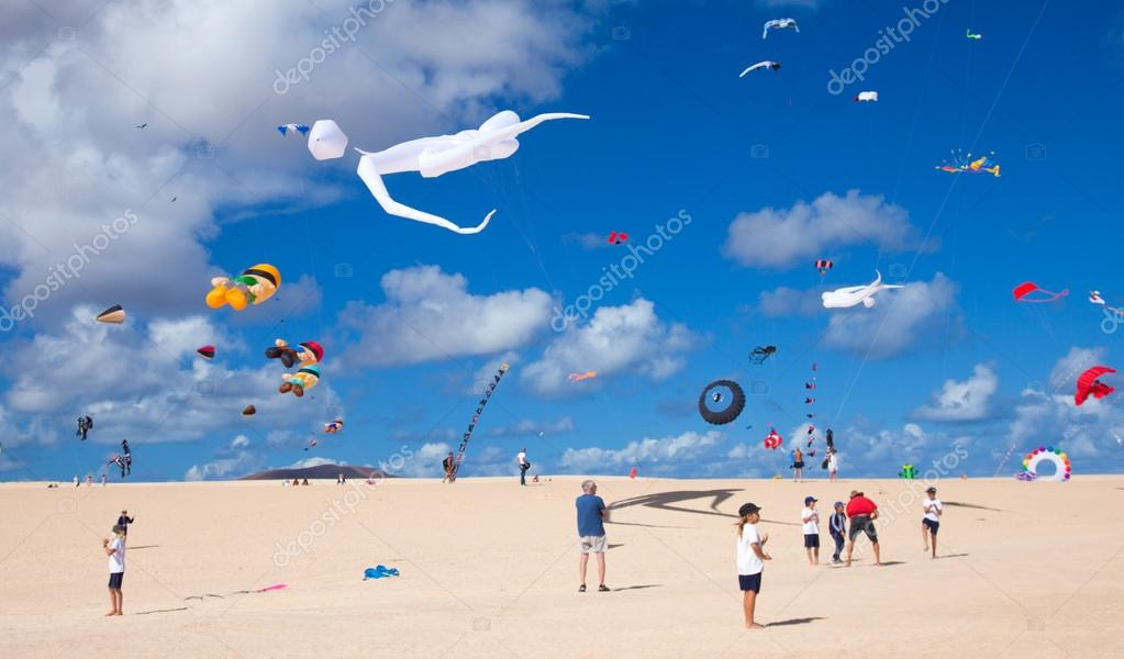 FUERTEVENTURA, SPAIN - NOVEMBER 09: Schoolkids fly little pink kites ar a workshop at 25th International Kite Festival, November 9, 2012 in Dunes of Corralejo, Fuerteventura, Spain — Stock Photo #14776139
